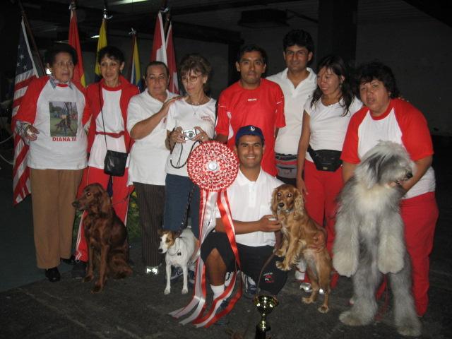 Delegación celebrando los trofeos obtenidos por Bella Leticia