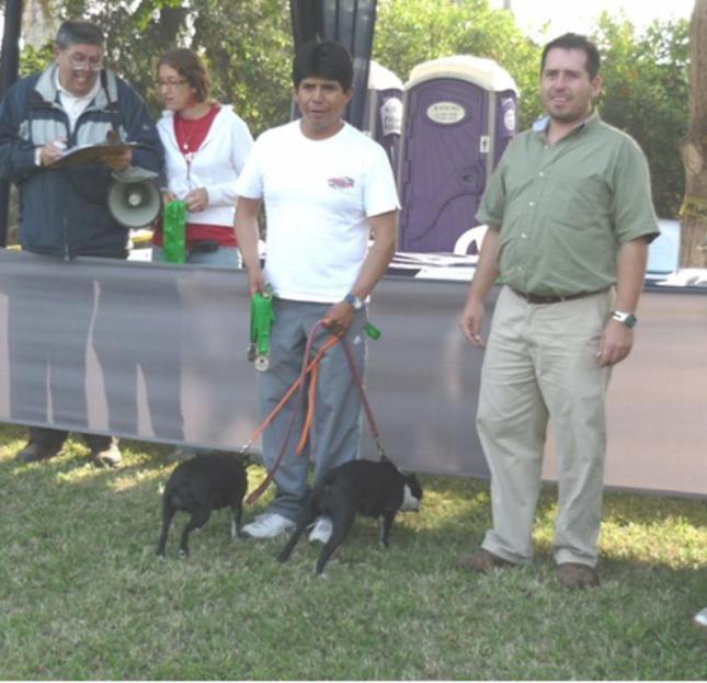Richard con Taffy y KC son premiados por el Juez ACCC-FCI Luis Fernando Molano de Colombia